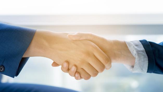 Deux hommes affaires se serrant main 23 2147899635
